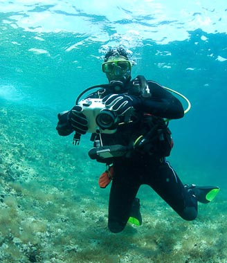 Divermaster_shooting_video _on_exit _from _dive _on _MV _Karwela