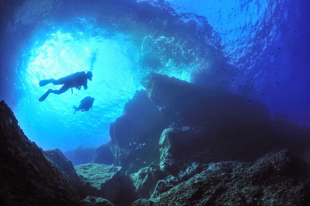Plongeurs sous une arche rocheuse - Divers under a rocky arch