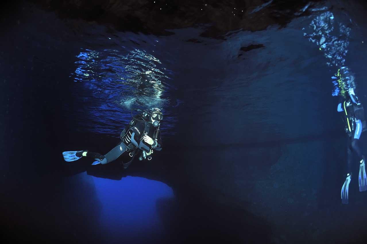 Plongeurs dans la grotte sous-marine - Divers in an underwater c