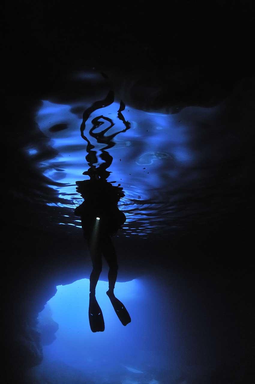 Plongeur et son reflet une la grotte sous-marine - Diver and his