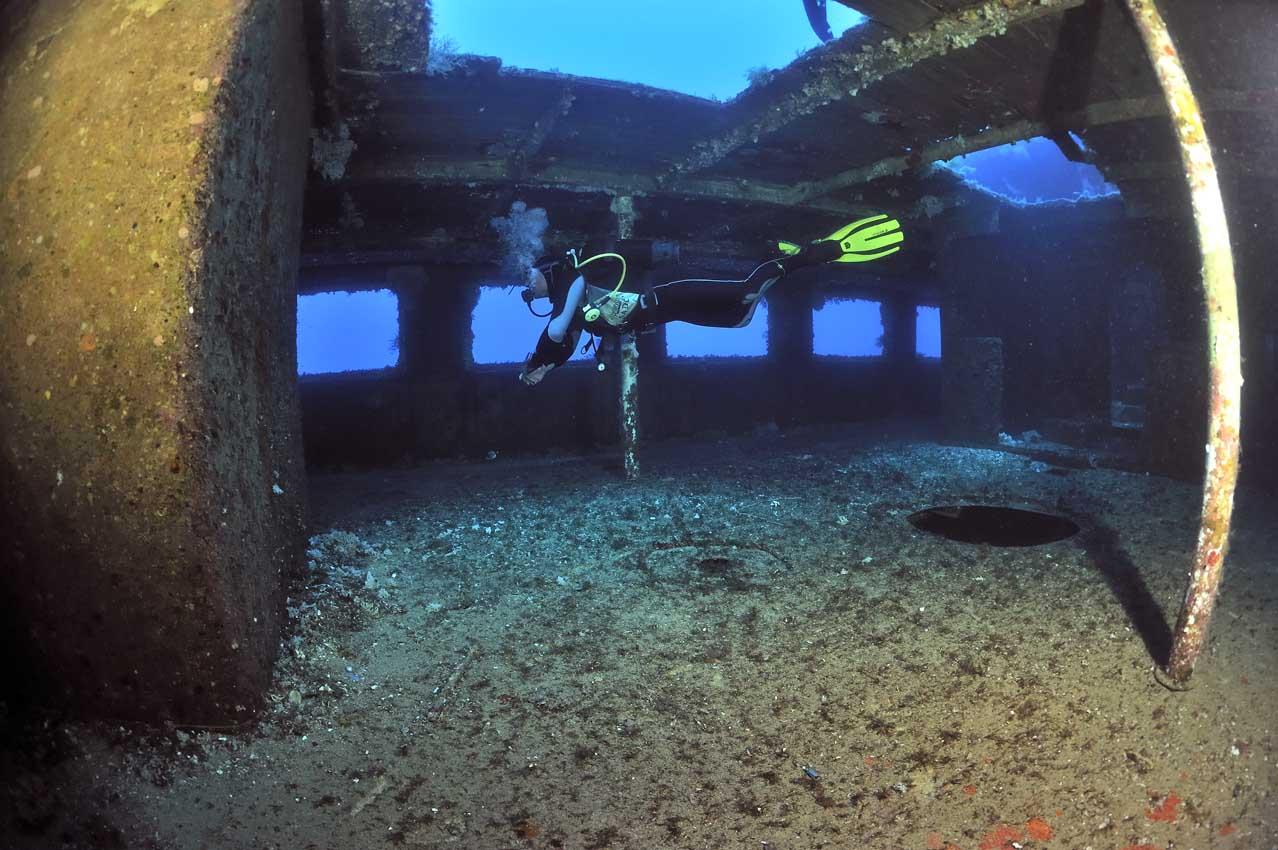 Un plongeur dans l'épave du