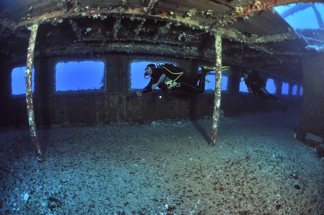 Plongeurs dans l'épave du