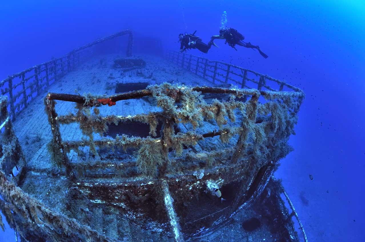 Plongeurs sur l'épave du