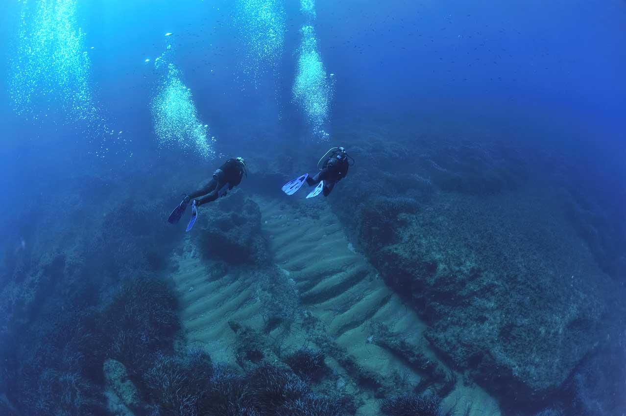 Plongeurs sur du sable et des posidonies - Divers on sand and Ne