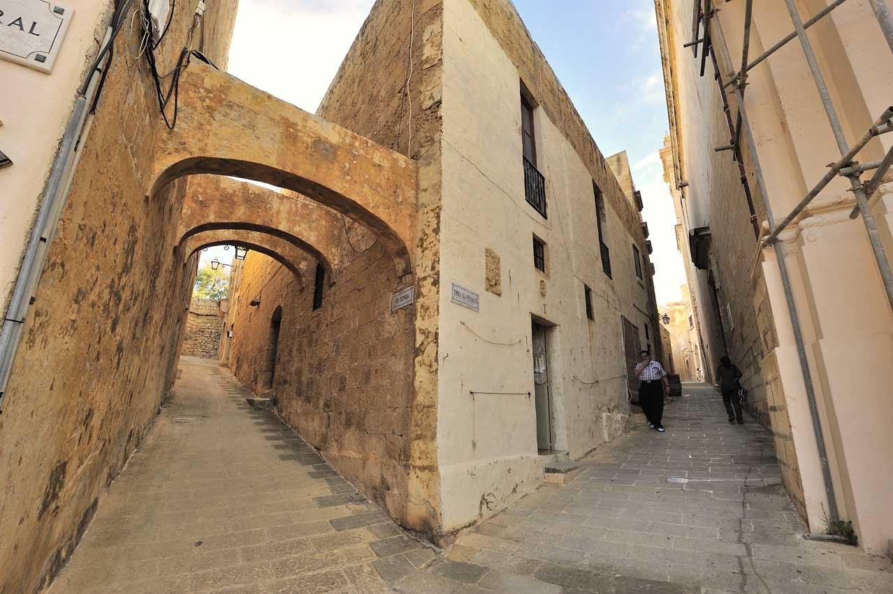 Les rues qui mènent à la Citadelle de Victoria - The streets lea