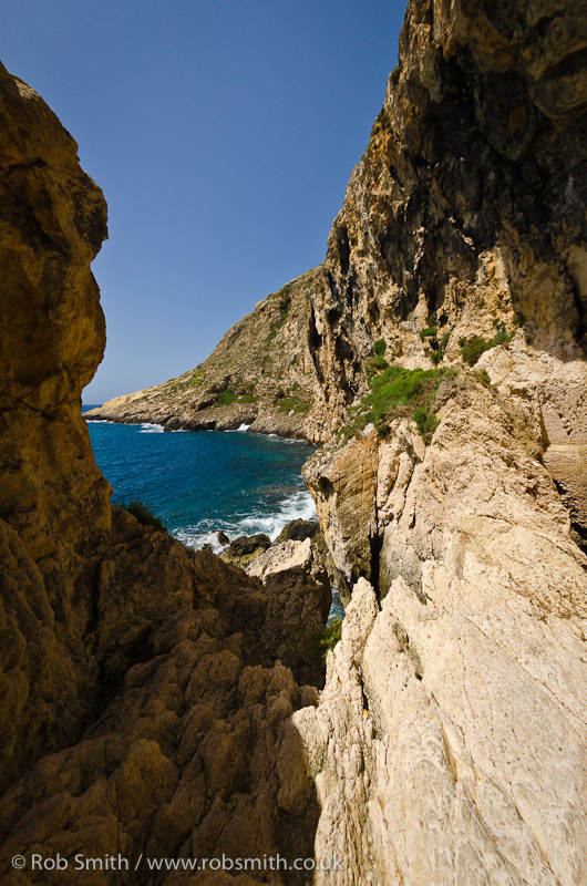 nuns walk rocks xlendi