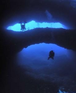Plongeurs sous une double arche rocheuse - Divers under a rocky double arch
